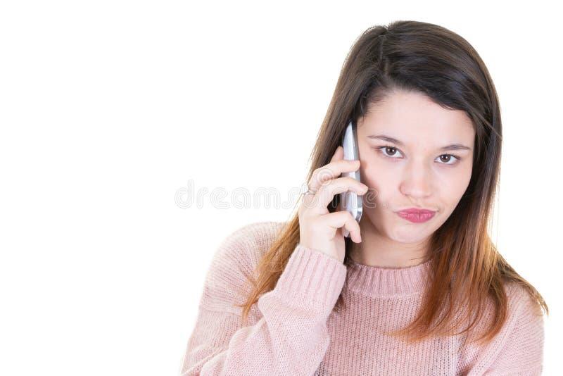Πορτρέτο της νέας γυναίκας με το κινητό τηλέφωνο που κοιτάζει κάτω με το διάστημα αντιγράφων στοκ εικόνα με δικαίωμα ελεύθερης χρήσης