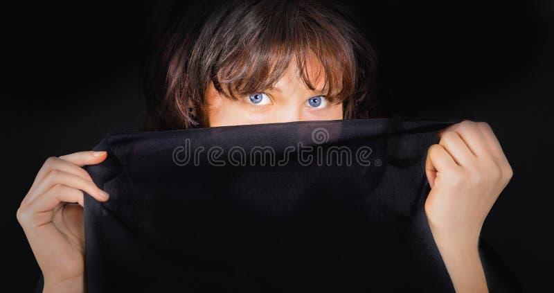 Πορτρέτο της νέας γυναίκας με το μαύρο ύφασμα στοκ εικόνα με δικαίωμα ελεύθερης χρήσης