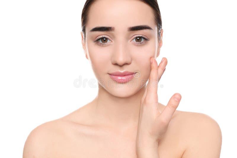 Πορτρέτο της νέας γυναίκας με το όμορφο πρόσωπο στοκ φωτογραφία