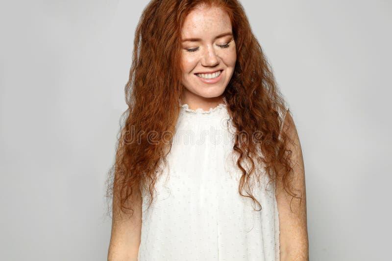 Πορτρέτο της νέας γυναίκας με το όμορφο πρόσωπο στοκ φωτογραφία με δικαίωμα ελεύθερης χρήσης