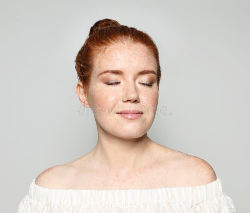 Πορτρέτο της νέας γυναίκας με το όμορφο πρόσωπο στοκ εικόνα με δικαίωμα ελεύθερης χρήσης
