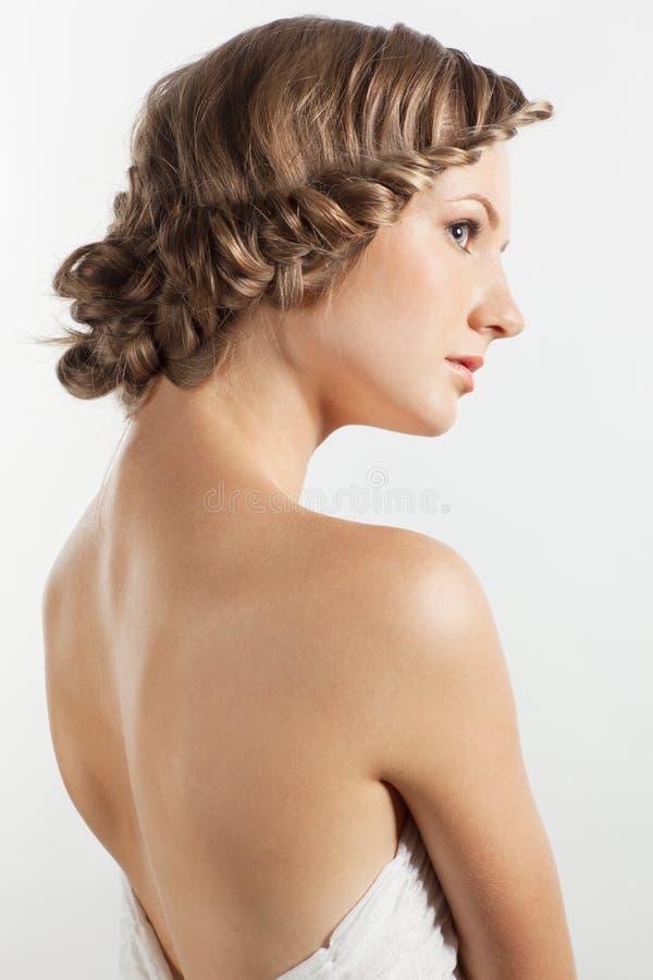 Πορτρέτο της νέας γυναίκας με το hairdo πλεξουδών στοκ εικόνες