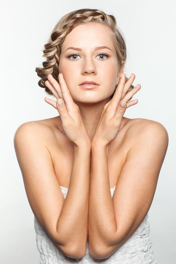 Πορτρέτο της νέας γυναίκας με το hairdo πλεξουδών στοκ εικόνες με δικαίωμα ελεύθερης χρήσης