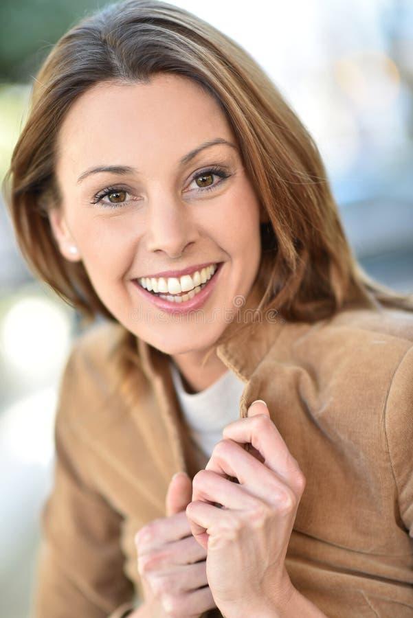 Πορτρέτο της νέας γυναίκας που είναι ευτυχούς στοκ εικόνες