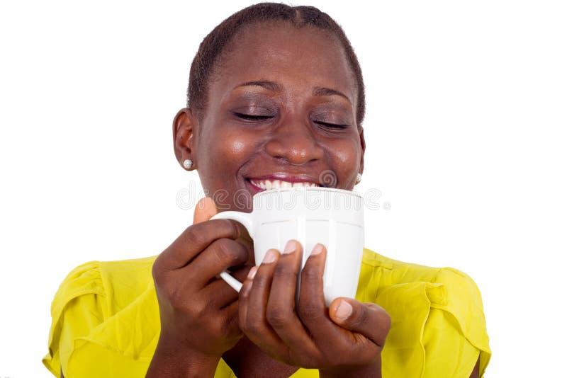 Πορτρέτο της νέας γυναίκας που κρατά ένα φλιτζάνι του καφέ στοκ εικόνα
