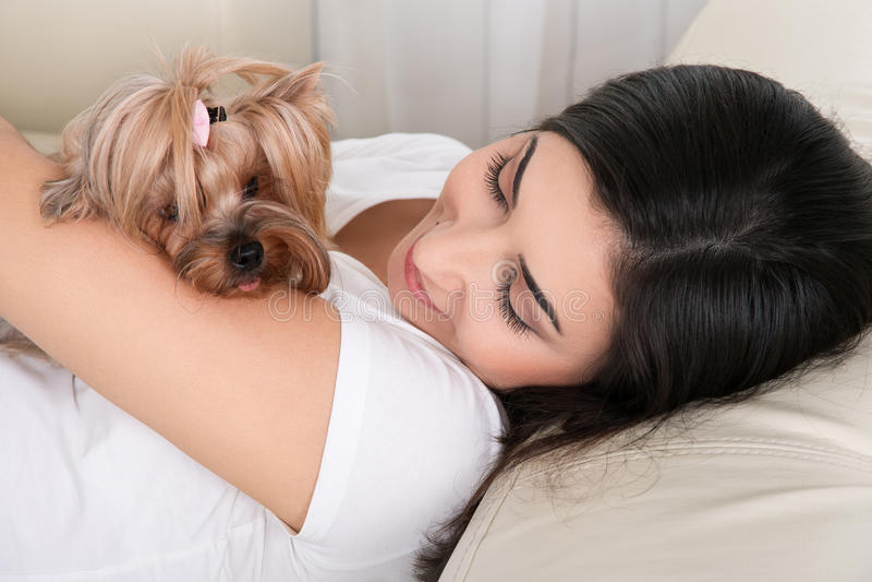 Πορτρέτο της νέας γυναίκας που στηρίζεται με το σκυλί της στοκ εικόνες