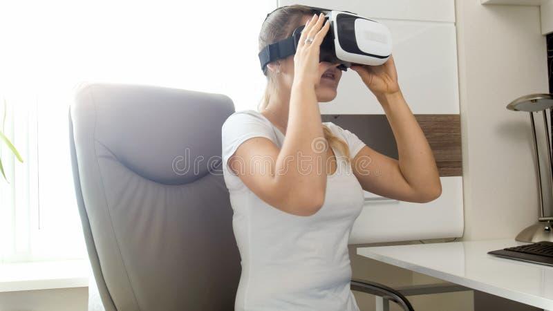 Πορτρέτο της νέας γυναίκας στην μπλούζα που φορά τα προστατευτικά δίοπτρα VR στοκ εικόνες με δικαίωμα ελεύθερης χρήσης