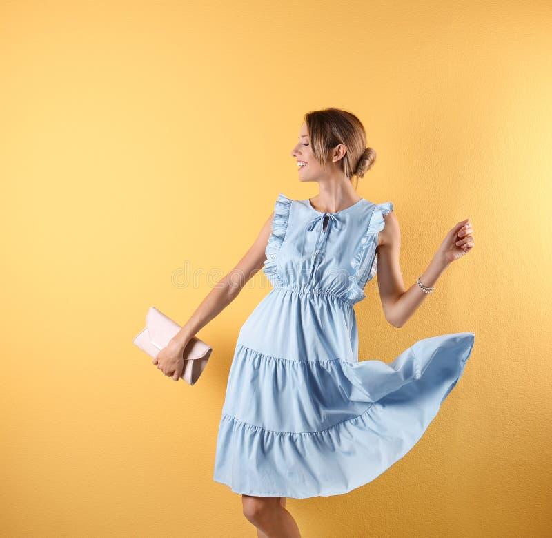 Πορτρέτο της νέας γυναίκας στη μοντέρνη εξάρτηση με το πορτοφόλι στοκ φωτογραφία με δικαίωμα ελεύθερης χρήσης