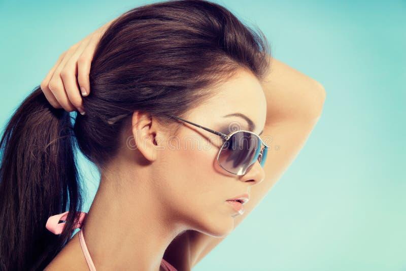 Πορτρέτο της νέας γυναίκας στη χαλάρωση μπικινιών σε μια αιώρα στο vacat στοκ εικόνα με δικαίωμα ελεύθερης χρήσης