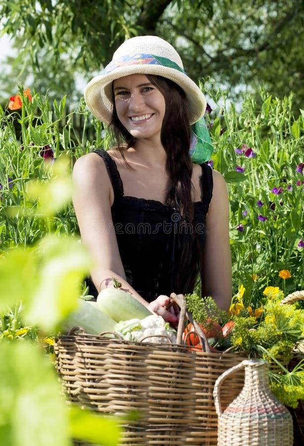 Πορτρέτο της νέας γυναίκας στον κήπο στοκ εικόνα με δικαίωμα ελεύθερης χρήσης