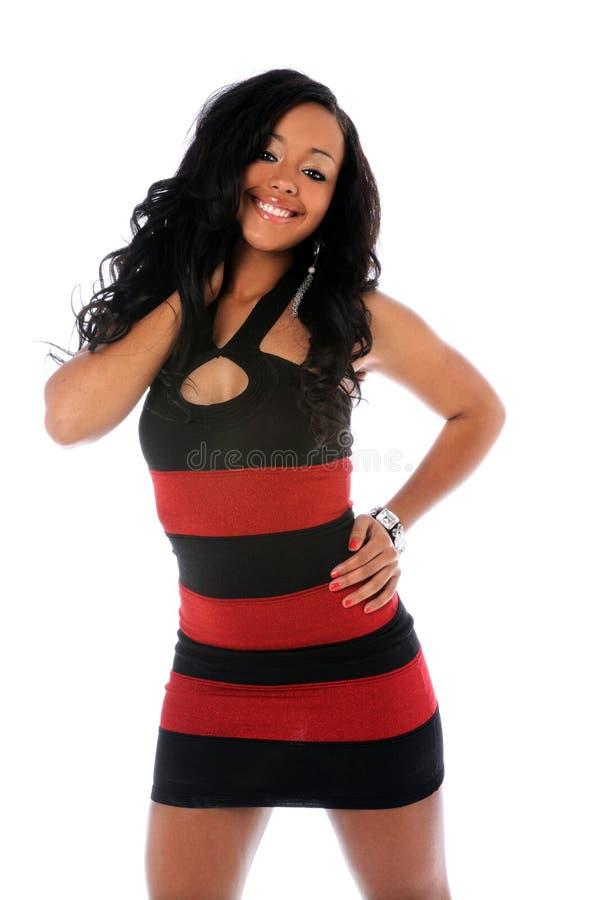 Πορτρέτο της νέας γυναίκας στο κόκκινο και μαύρο φόρεμα στοκ εικόνες με δικαίωμα ελεύθερης χρήσης