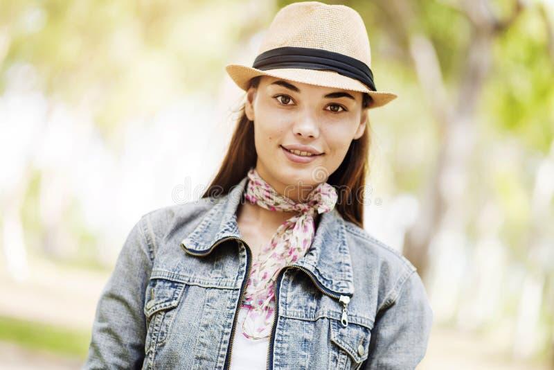 Πορτρέτο της νέας γυναίκας στο πάρκο στοκ φωτογραφία με δικαίωμα ελεύθερης χρήσης