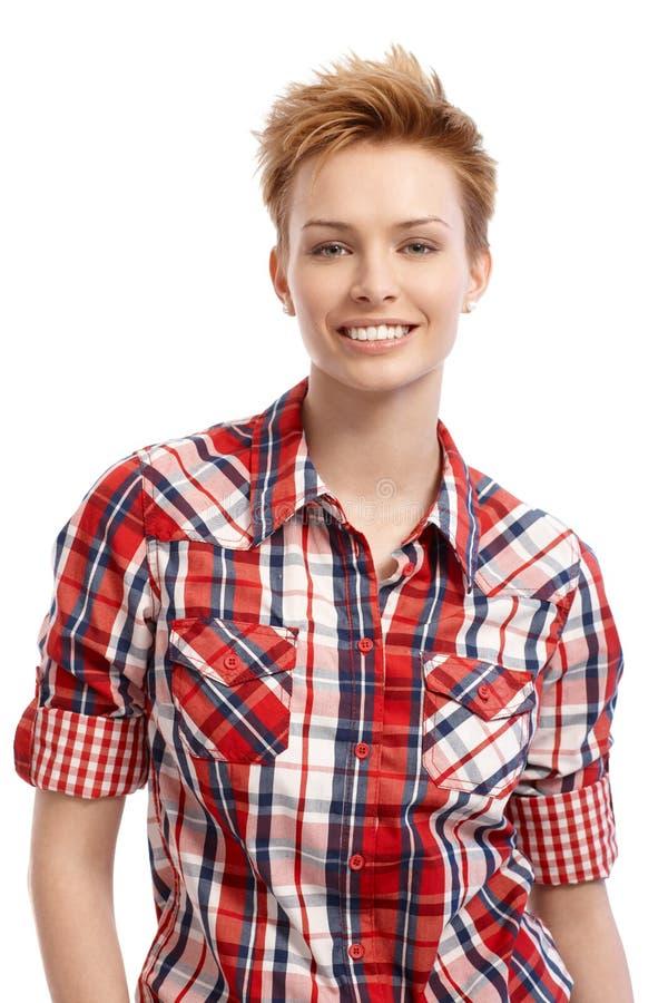 Πορτρέτο της νέας γυναίκας στο χαμόγελο πουκάμισων στοκ φωτογραφία με δικαίωμα ελεύθερης χρήσης