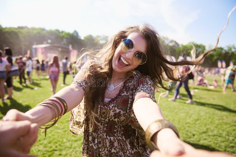 Πορτρέτο της νέας γυναίκας boho που έχει τη διασκέδαση στο φεστιβάλ στοκ εικόνα με δικαίωμα ελεύθερης χρήσης