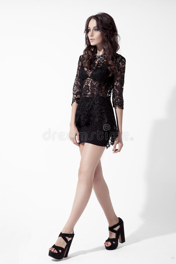 Πορτρέτο της νέας γυναίκας brunette στο φόρεμα δαντελλών. Άσπρο υπόβαθρο στοκ φωτογραφίες με δικαίωμα ελεύθερης χρήσης