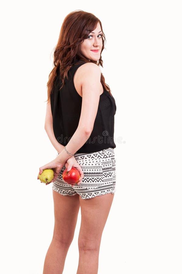 Πορτρέτο της νέας εκμετάλλευσης γυναικών brunette στο πίσω μήλο και το π της στοκ φωτογραφίες