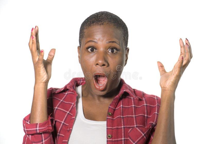 Πορτρέτο της νέας ελκυστικής έκπληκτης και συγκλονισμένης αμερικανικής γυναίκας afro στη δυσπιστία που φαίνεται κάτι που καταπλήσ στοκ εικόνα