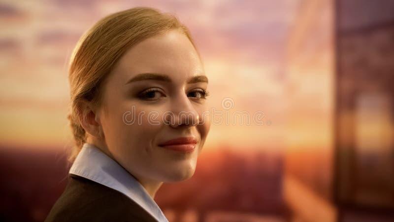 Πορτρέτο της νέας ελκυστικής αεροσυνοδού, επιτυχής σταδιοδρομία στις αερογραμμές, κινηματογράφηση σε πρώτο πλάνο στοκ εικόνα