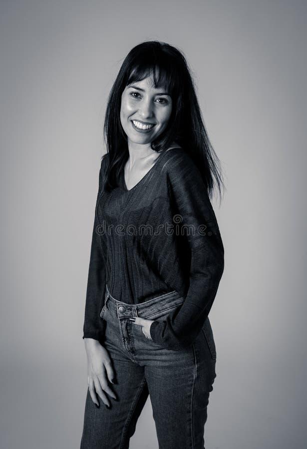 Πορτρέτο της νέας ελκυστικής γυναίκας με το ευτυχές και πρόσωπο χαμόγελου r στοκ φωτογραφία