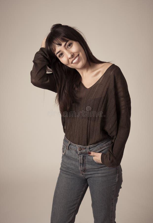 Πορτρέτο της νέας ελκυστικής γυναίκας με το ευτυχές και πρόσωπο χαμόγελου r στοκ φωτογραφία με δικαίωμα ελεύθερης χρήσης