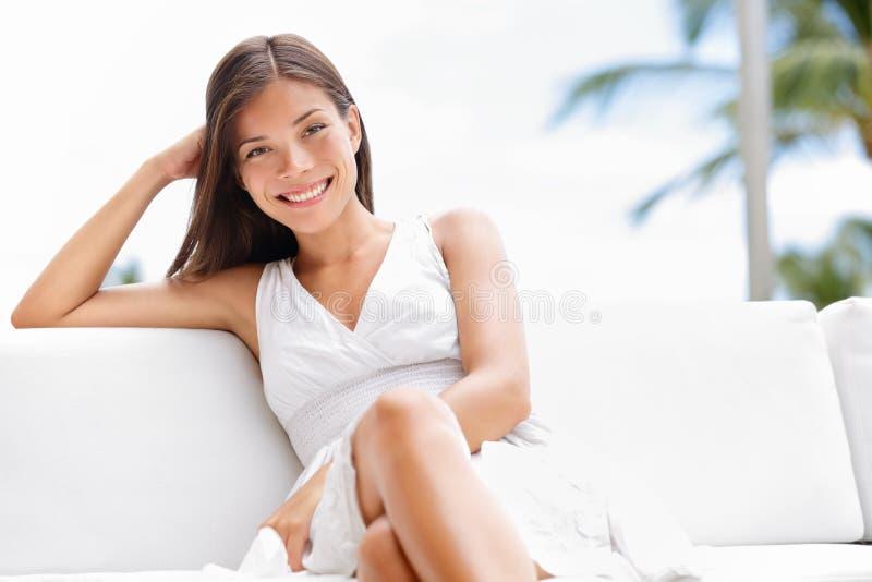 Πορτρέτο της νέας ευτυχούς βέβαιας ασιατικής γυναίκας στοκ εικόνα