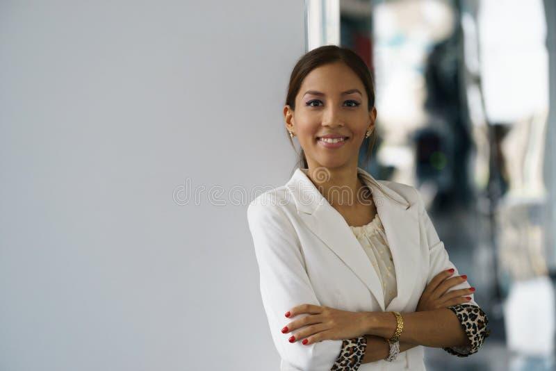 Πορτρέτο της νέας ευτυχούς ισπανικής επιχειρησιακής γυναίκας στοκ εικόνα με δικαίωμα ελεύθερης χρήσης