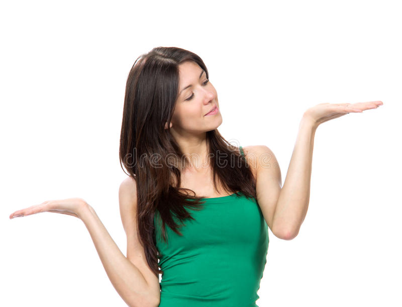 Πορτρέτο της νέας ευτυχούς όμορφης γυναίκας με τη σύγκριση του posi χεριών στοκ εικόνα