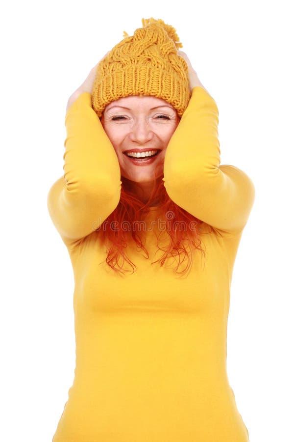 Πορτρέτο της νέας ελκυστικής συναισθηματικής γυναίκας στο κίτρινο καπέλο στοκ εικόνα με δικαίωμα ελεύθερης χρήσης