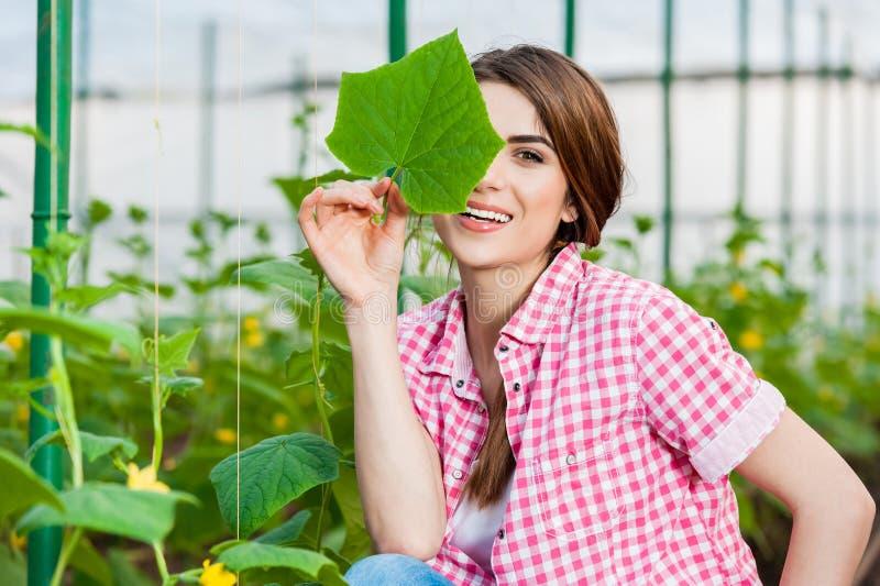 Πορτρέτο της νέας κηπουρικής γυναικών στοκ φωτογραφία με δικαίωμα ελεύθερης χρήσης