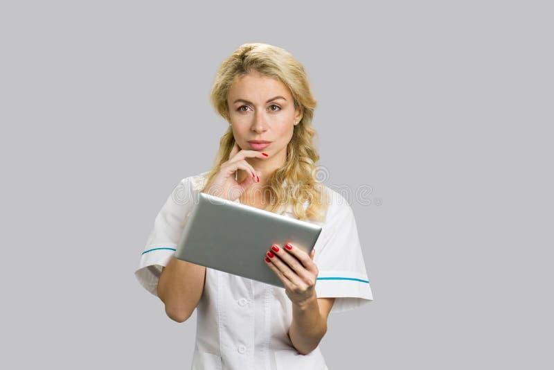 Πορτρέτο της νέας νοσοκόμας με την ψηφιακή ταμπλέτα στοκ εικόνες