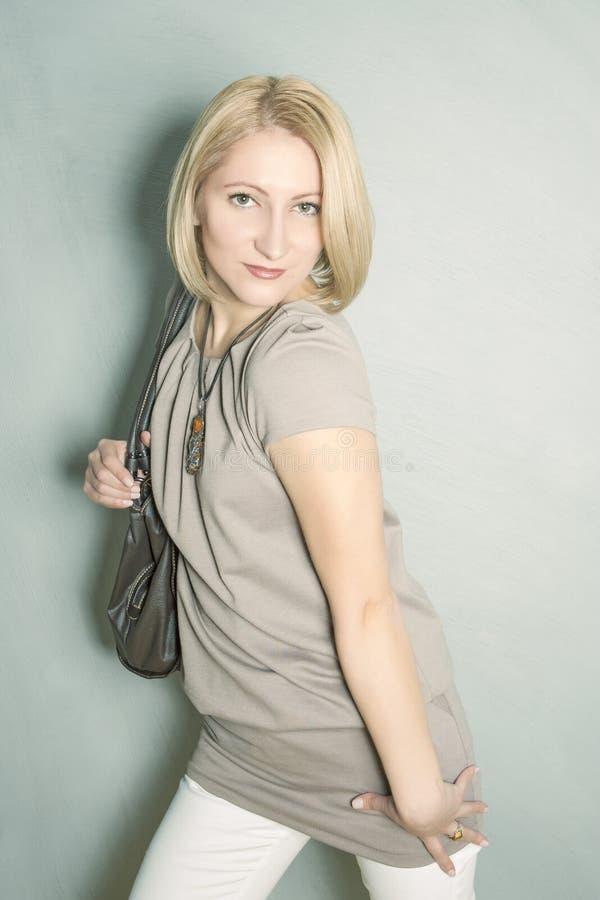 Πορτρέτο της νέας ξανθής γυναίκας με την τσάντα ώμων στοκ φωτογραφίες με δικαίωμα ελεύθερης χρήσης