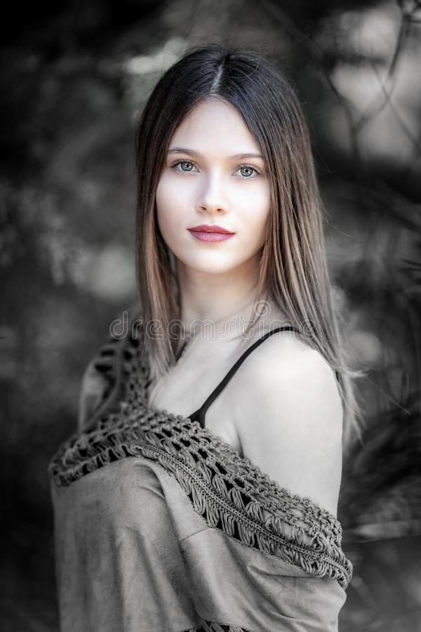 Πορτρέτο της νέας ξανθής γυναίκας με τη ζάλη των πράσινων ματιών, κοίταγμα στοκ εικόνα με δικαίωμα ελεύθερης χρήσης