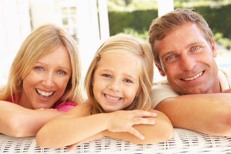 Πορτρέτο της νέας οικογενειακής χαλάρωσης μαζί στον καναπέ στοκ φωτογραφία με δικαίωμα ελεύθερης χρήσης