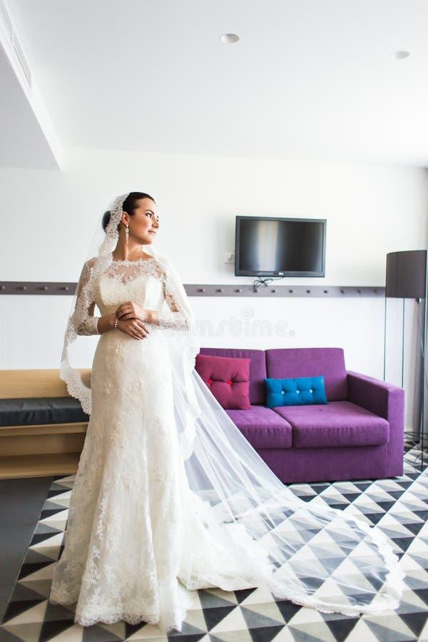 Πορτρέτο της νέας πανέμορφης νύφης στο εσωτερικό στοκ εικόνες με δικαίωμα ελεύθερης χρήσης