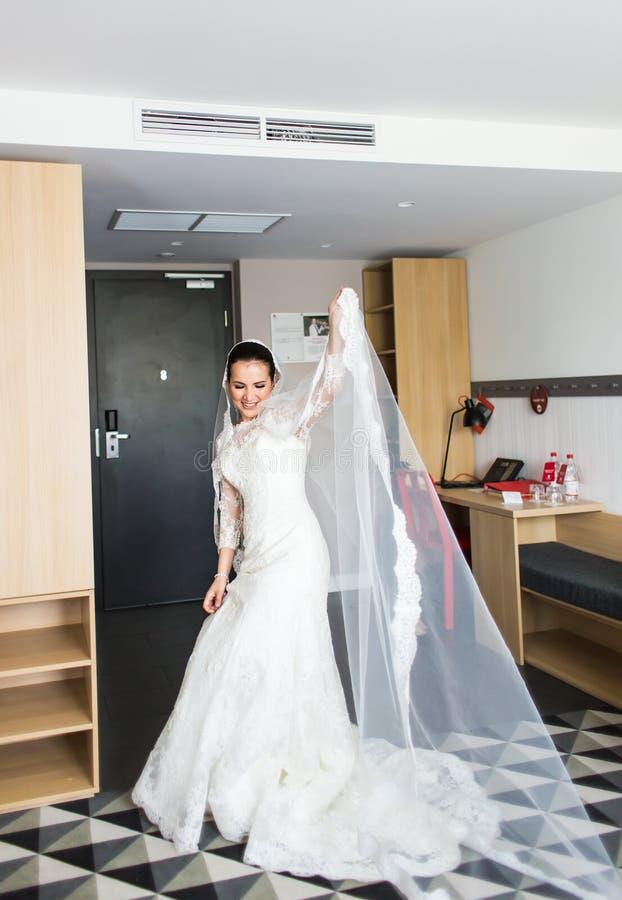 Πορτρέτο της νέας πανέμορφης χορεύοντας νύφης στο εσωτερικό στοκ εικόνα με δικαίωμα ελεύθερης χρήσης