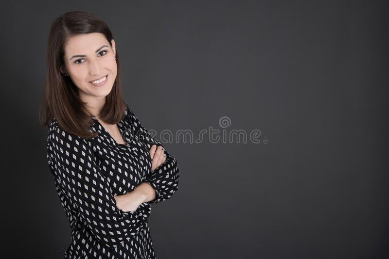 Πορτρέτο της νέας στάσης επιχειρησιακών γυναικών πριν από το blackb στοκ φωτογραφίες