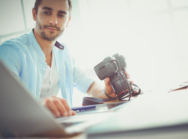 Πορτρέτο της νέας συνεδρίασης σχεδιαστών στο γραφικό στούντιο μπροστά από το lap-top και τον υπολογιστή λειτουργώντας on-line στοκ φωτογραφίες με δικαίωμα ελεύθερης χρήσης
