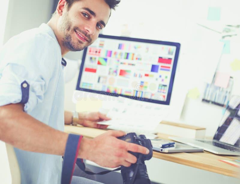 Πορτρέτο της νέας συνεδρίασης σχεδιαστών στο γραφικό στούντιο μπροστά από το lap-top και τον υπολογιστή λειτουργώντας on-line στοκ εικόνες με δικαίωμα ελεύθερης χρήσης
