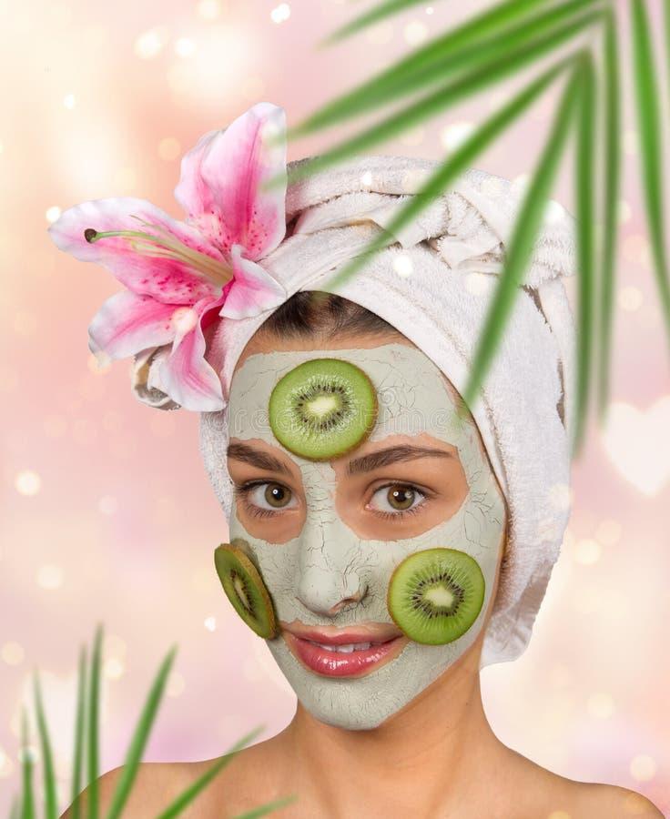 Πορτρέτο της νέας υγιούς γυναίκας με τη μάσκα αργίλου προσώπου στοκ εικόνες με δικαίωμα ελεύθερης χρήσης