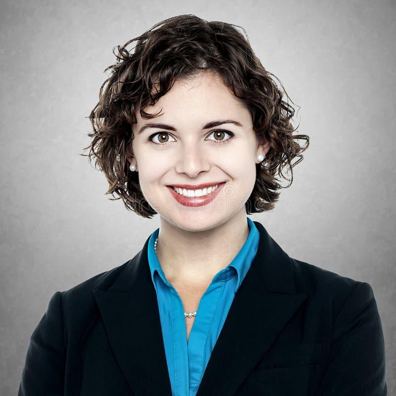 Πορτρέτο της νέας χαμογελώντας επιχειρησιακής γυναίκας στοκ φωτογραφίες με δικαίωμα ελεύθερης χρήσης