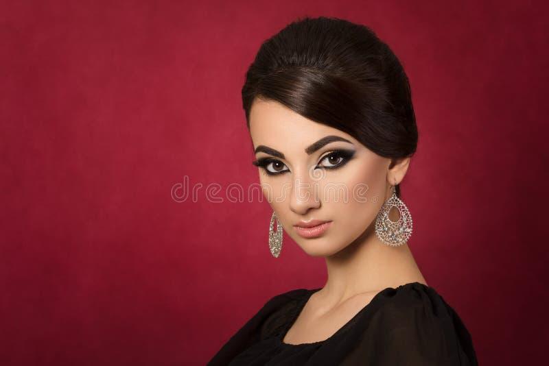 Πορτρέτο της νέας όμορφης ασιατικής γυναίκας με τη σύνθεση βραδιού στοκ εικόνα με δικαίωμα ελεύθερης χρήσης