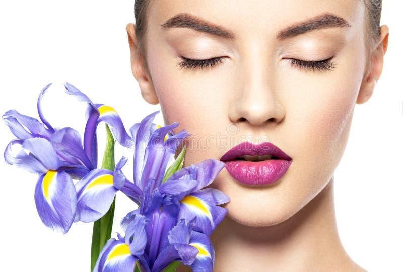 Πορτρέτο της νέας όμορφης γυναίκας με ένα υγιές καθαρό δέρμα του τ στοκ εικόνες με δικαίωμα ελεύθερης χρήσης