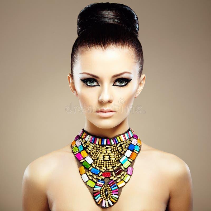 Πορτρέτο της νέας όμορφης γυναίκας με το κόσμημα στοκ φωτογραφία