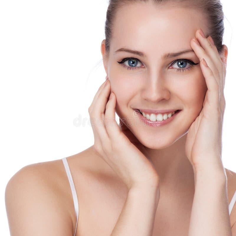 Πορτρέτο της νέας όμορφης γυναίκας με το υγιές δέρμα στοκ εικόνες