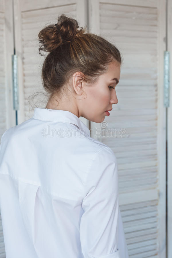 Πορτρέτο της νέας όμορφης γυναίκας οπισθοσκόπου στοκ εικόνες με δικαίωμα ελεύθερης χρήσης
