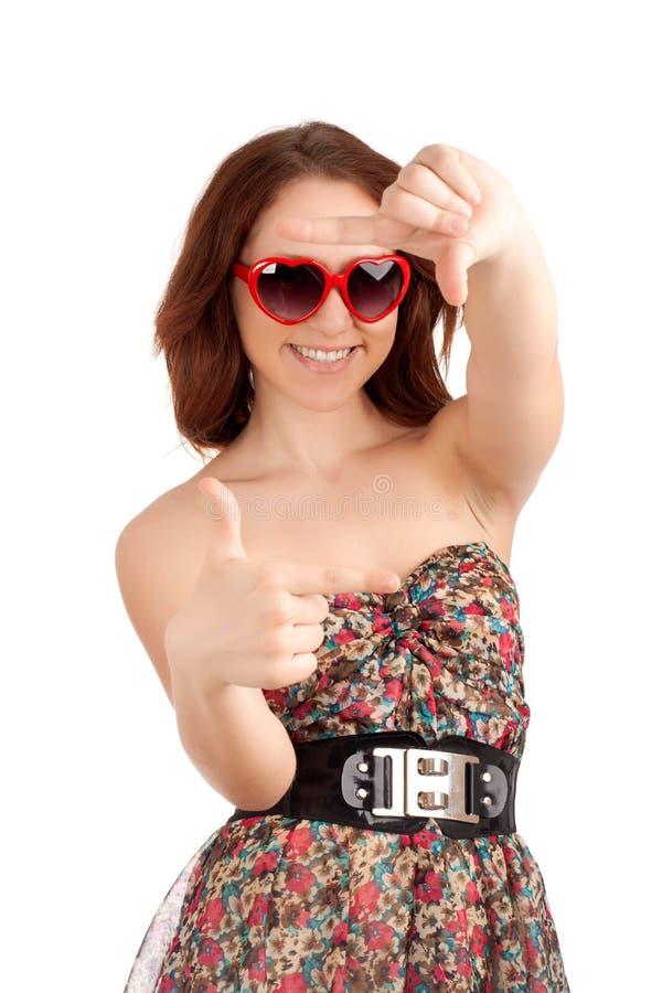 Νέα γυναίκα που κάνει το πλαίσιο χεριών στοκ φωτογραφία με δικαίωμα ελεύθερης χρήσης