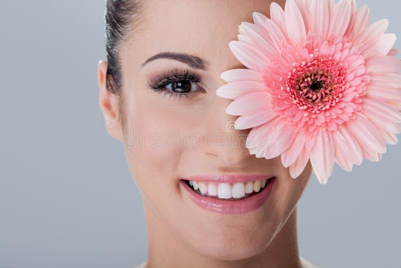 Πορτρέτο της νέας όμορφης γυναίκας, scin προσοχή και έννοια SPA στοκ φωτογραφίες με δικαίωμα ελεύθερης χρήσης