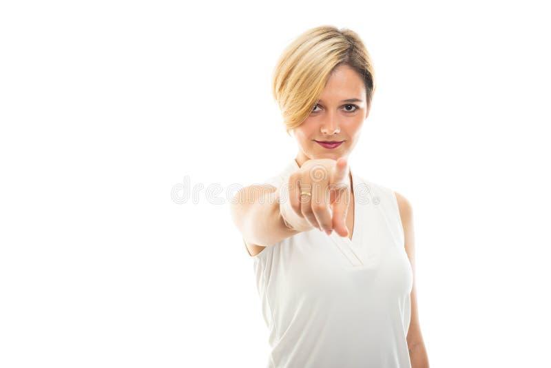 Πορτρέτο της νέας όμορφης επιχειρησιακής γυναίκας που δείχνει τη κάμερα στοκ φωτογραφία