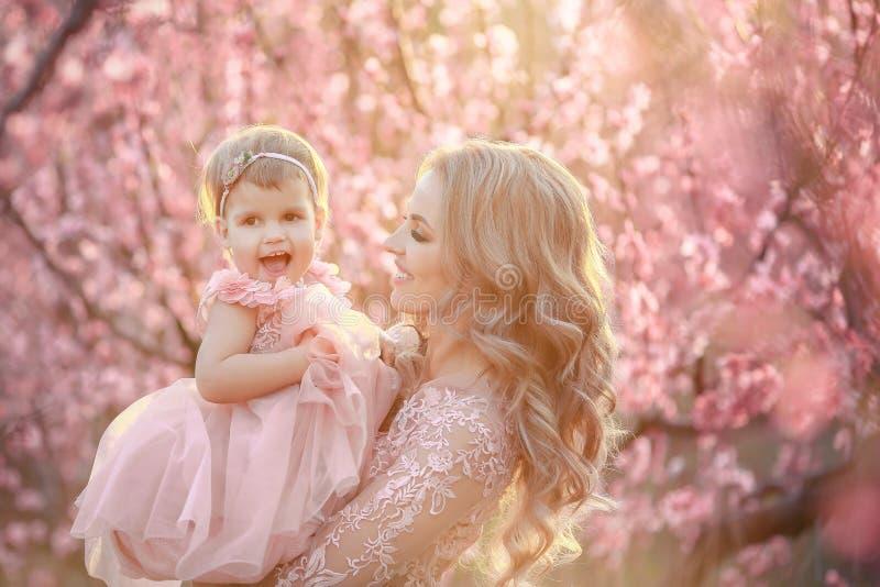 Πορτρέτο της νέας όμορφης μητέρας με το μικρό κορίτσι της Κλείστε επάνω ακόμα της αγάπης της οικογένειας Ελκυστική γυναίκα που κρ στοκ εικόνα