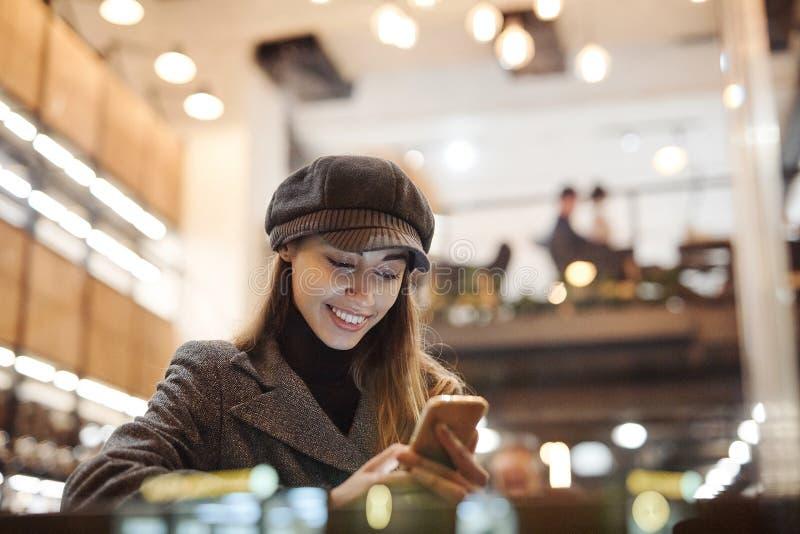 Πορτρέτο της νέας όμορφης μοντέρνης συνεδρίασης γυναικών brunette στο καφέ στοκ φωτογραφίες με δικαίωμα ελεύθερης χρήσης